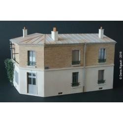 Maison de ville angle rue 1 étage murs crépis, volets bois HO