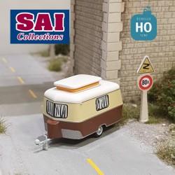 Caravane Eriba beige ivoire à l'arrêt avec autocollant F SAI 2694F