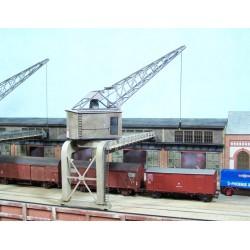 Grue de port en acier, cabine de bois rivetée
